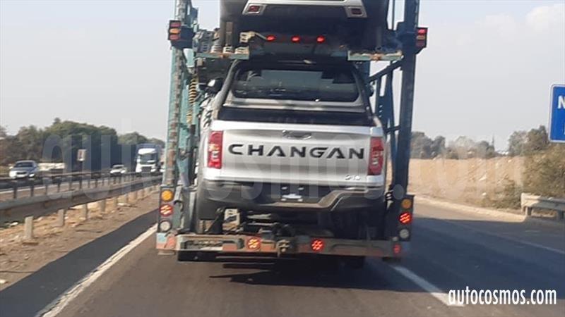 La nueva Changan Hunter es espiada en Chile en traslado sobre un camión