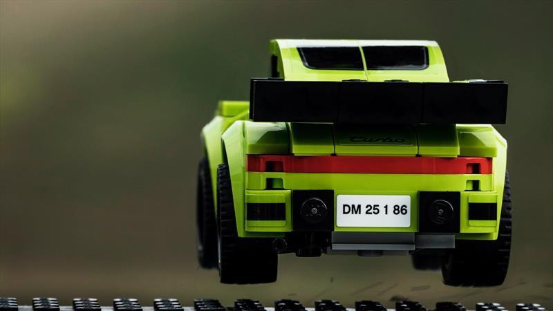 Fotógrafo recrea imágenes icónicas de Porsche con Lego