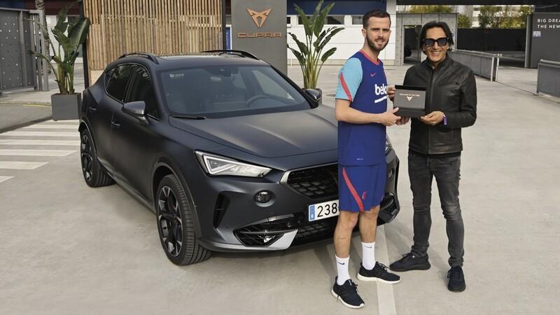 Jugadores del FC Barcelona reciben modelos CUPRA personalizados