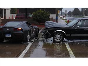 Chocan un Chevrolet Corvette C7 Stingray 2014 antes de iniciar su venta