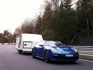 Un Porsche Panamera Sport Turismo tirando de un remolque impone récord en Nürburgring