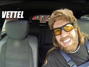 Vettel se disfraza de mecánico y asusta a los clientes del taller