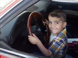 Niño de tres años hace donas en un BMW como todo un experto