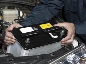 ¿Cómo iniciar un carro varado por batería?