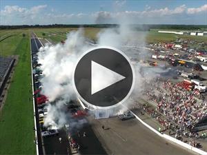 Video: Rompen récord Guinness de más autos quemando llanta