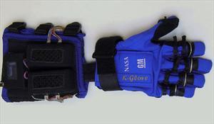 GM desarrolla guante robotizado para ayudar a mecánicos