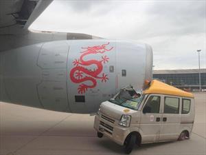 Video: Choca contra un avión en el aeropuerto de Hong Kong