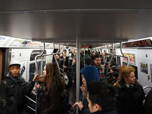 Conductores en EUA prefieren usar el transporte público que su auto