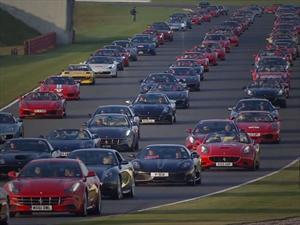 Récord Guinness, una caravana de 964 Ferrari en Silverstone