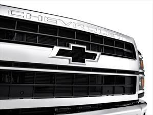 Chevrolet Silverado Chasis Cab 2019 incorpora el emblema del Camaro