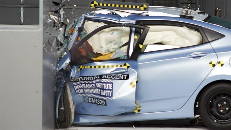 Por qué las tasas de mortalidad de los automovilistas de vehículos pequeños es la más alta