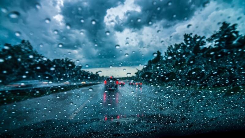 Qué hacer en caso de manejar bajo una tormenta