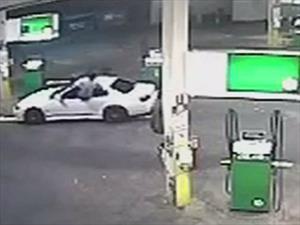 Hombre evita el robo de su carro con un salto ninja