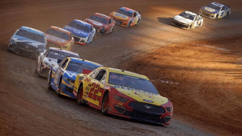 Joey Logano gana en el histórico regreso de la NASCAR Cup Series a un circuito de tierra
