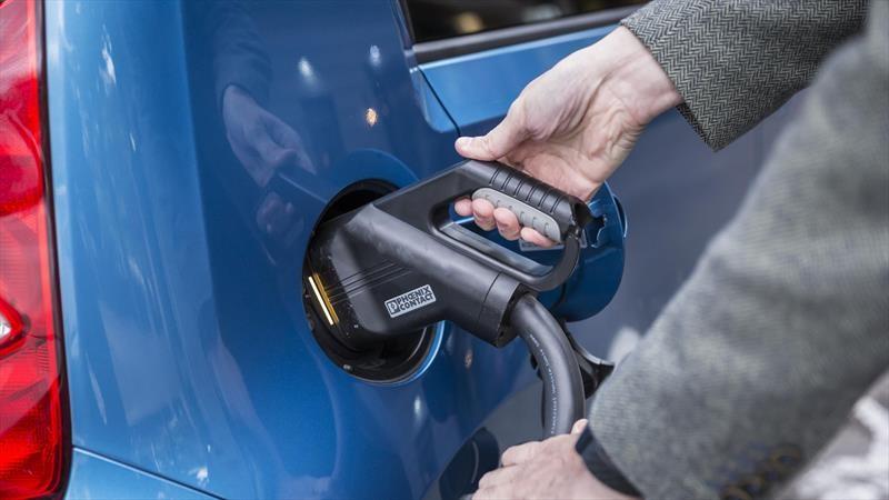 Bajan las ventas de autos a gasolina, pero las de eléctricos suben