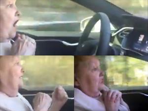Video: Abuelita prueba el manejo automático del Tesla