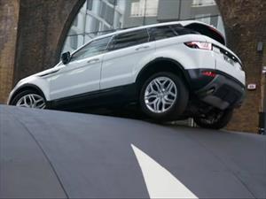 Land Rover Range Rover Evoque vs el reductor de velocidad más grande del mundo
