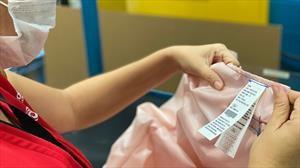 Ford y Joyson Safety fabrican batas reutilizables con la tela de los airbags