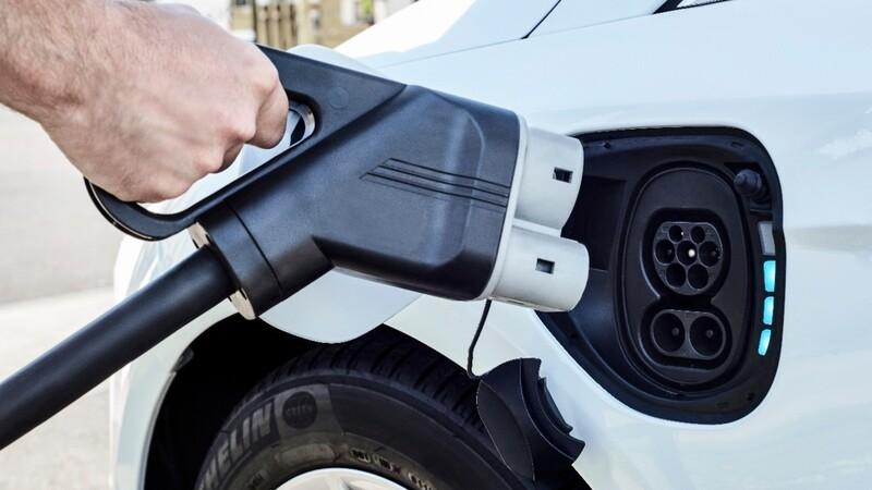 ¿En cuánto ha reducido el sobrecosto de los autos eléctricos versus los de combustión?