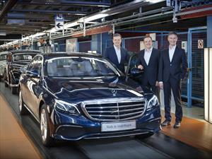 El primer Mercedes Clase E de nueva generación sale de línea de producción