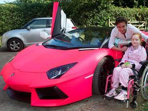 Richard Hammond cumple el sueño de una pequeña a bordo de un Lamborghini rosa