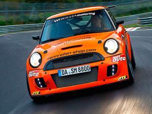 Un MINI JCW preparado iguala récord del Pagani Zonda S en Nürburgring