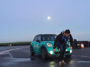 Un atleta corre un maratón jalando un automóvil