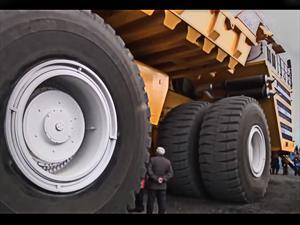 BelAZ 75710 es el camión de volteo más grande del mundo