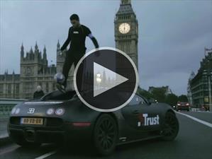 Freestyler muestra sus habilidades sobre un Bugatti Veyron