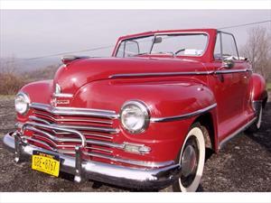 Sorprende a sus padres regalándoles su primer auto, un Plymouth Convertible 1948
