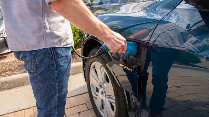 En California, uno de cada cinco propietarios de automóviles eléctricos regresa a los de gasolina