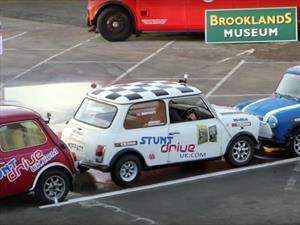 Nuevo Récord Guinness de estacionamiento en paralelo ¡en reversa!