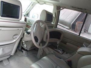 Nissan Patrol con el conductor en el asiento trasero