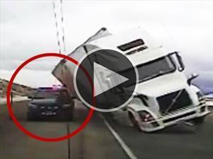 Video: El viento tira un camión arriba de un patrullero