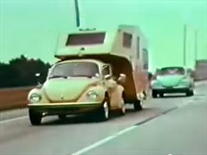 Video: Volkswagen Beetle remolca un Camper