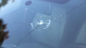 Una pequeña grieta en el parabrisas puede convertirse en un grave problema