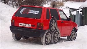 Sólo en Rusia: Un FIAT Uno con 8 ruedas
