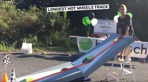 Niños fanáticos de los Hot Wheels rompen record de la pista más larga para autitos