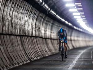 Video: Ciclista cruza Eurotunnel