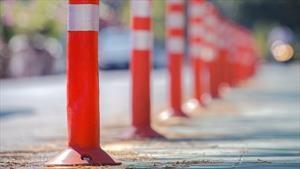 ¿Cuál es el objetivo de los postes plásticos que se ubican en las vías?