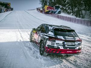 Audi e-tron asciende una pista pista de esquí alpino con una inclinación cercana a 90º