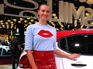 Las mujeres del Auto Show de París 2016