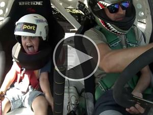 Padre e hijo disfrutan del drifting