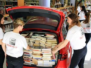 Mira cuántos libros caben en la cajuela de este SEAT León ST