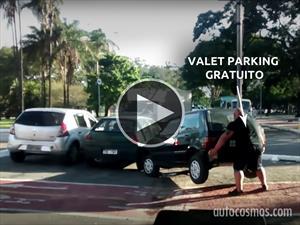 Video: Ciclista enfurecido carga un auto para pasar