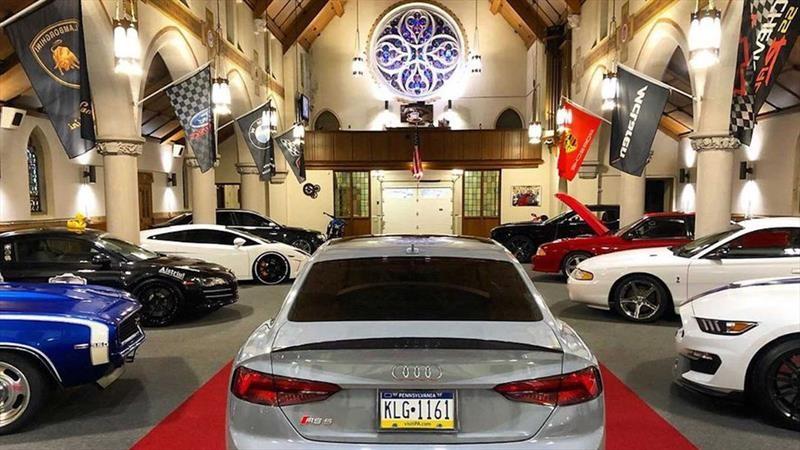 Gomosos de los autos van a misa sin bajarse de sus juguetes