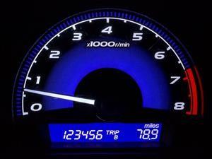 Así puedes detectar el kilometraje real de un carro usado