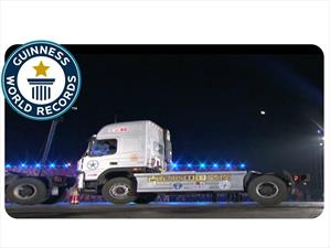 Récord Guinness de estacionamiento en paralelo con un camión