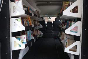Nissan convierte una NV350 Urvan en biblioteca móvil