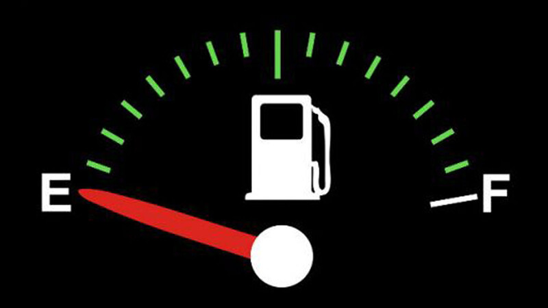¿Puedo manejar con la reserva del tanque de nafta?